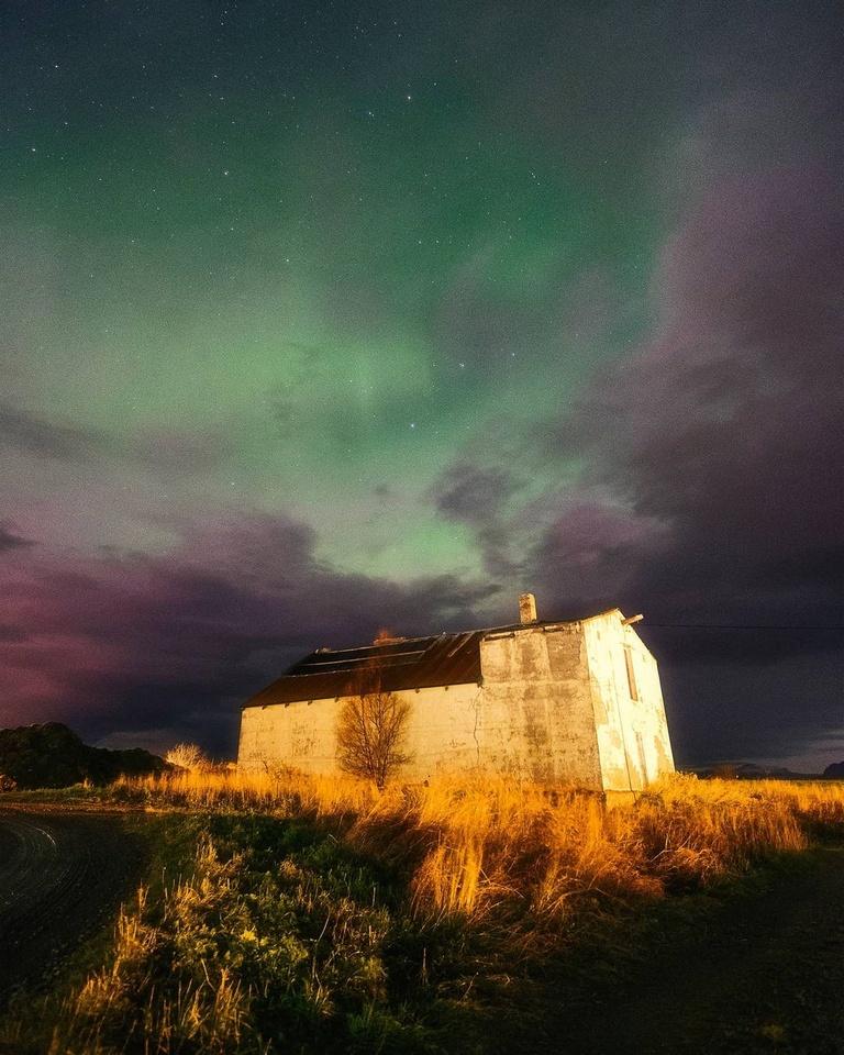 nachts beleuchtetes Haus