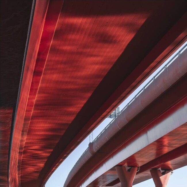 rote Brücke vor blauem Himmel