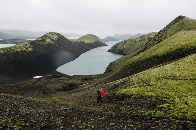 Wanderer vor einem Bergsee