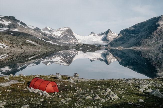 Bergsee mit Zelt