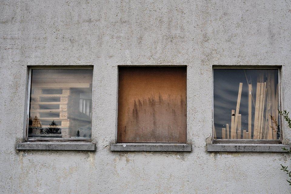 Holz hinter drei Fenstern