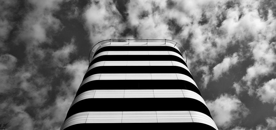 Gebäude vor Wolkenhimmel