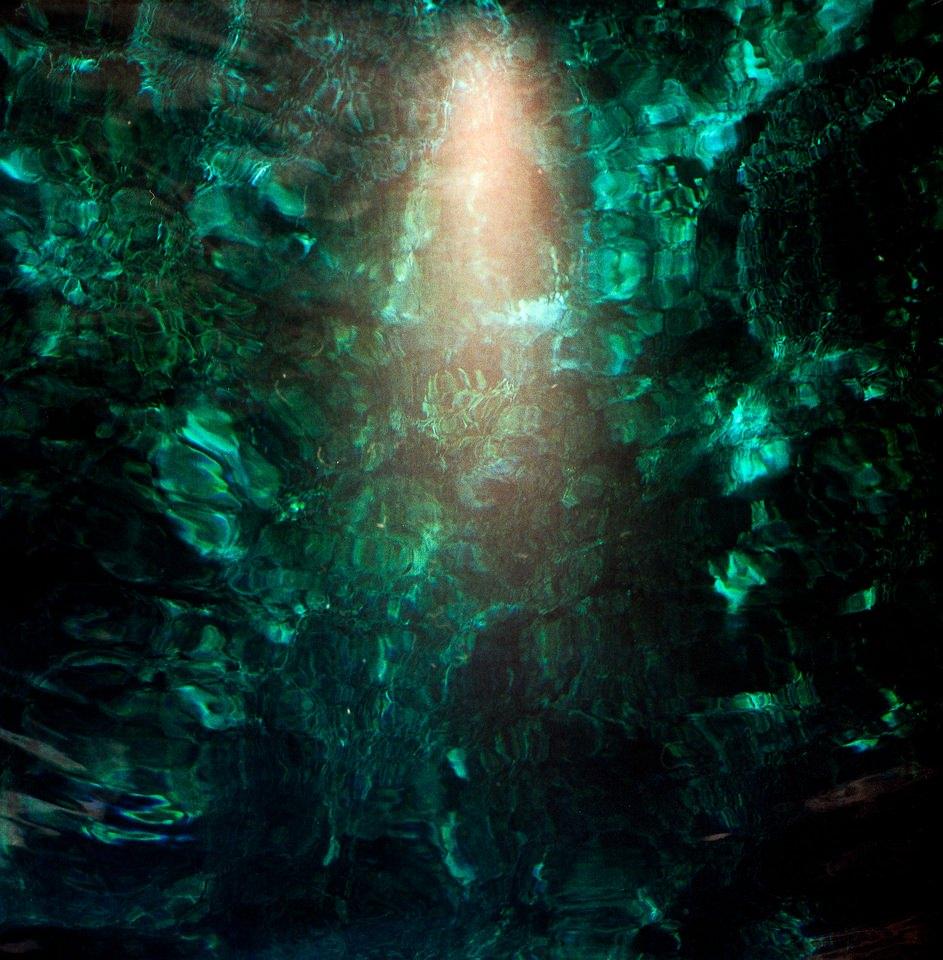 grüne Wasserreflexionen