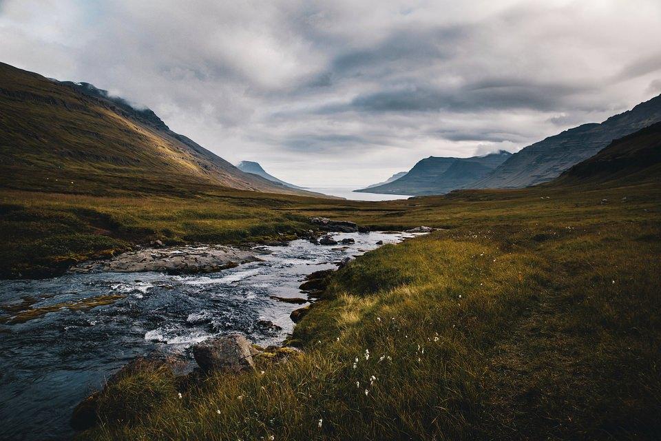 Landschaft mit Gebirge und Fluss