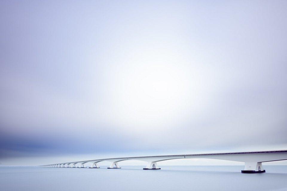 Brücke über weites Gewässer
