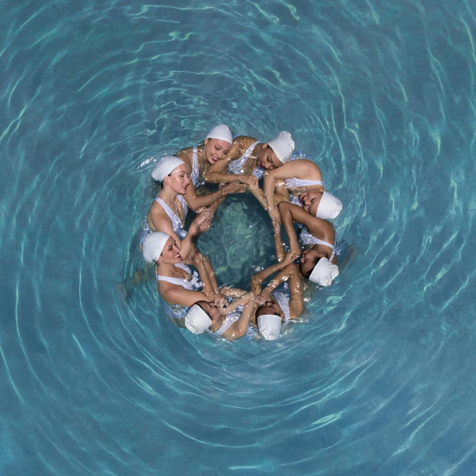 Sychronschimmerinnen im Kreis