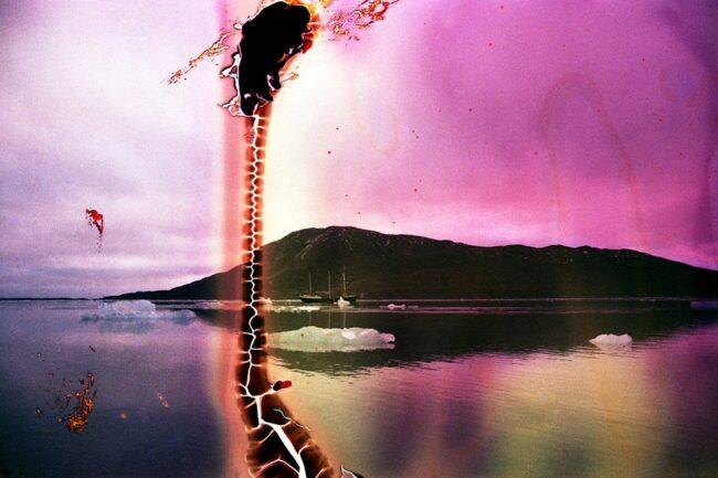 Küstenlandschaft mit bunten Bildfehlern