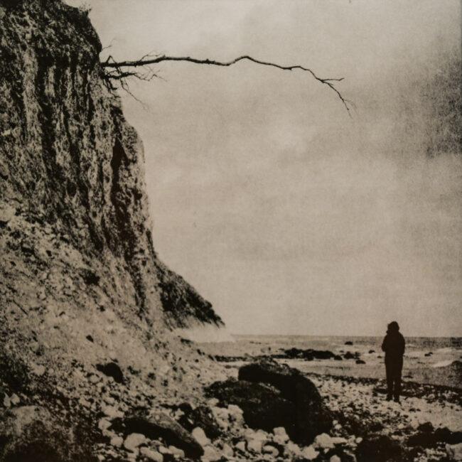 Person an einer Steilküste