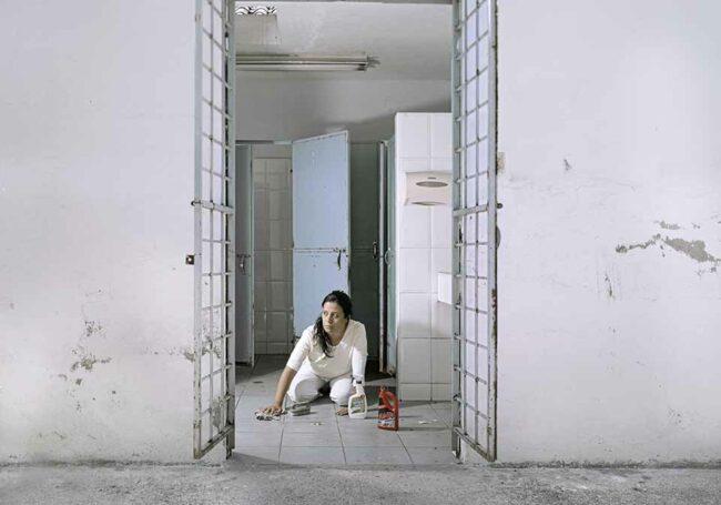 Frau wischt den Boden