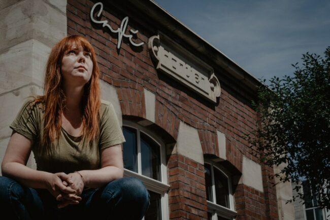 Frau vor einem Cafe