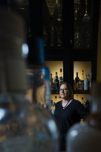 Frau in einer Bar