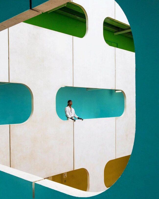 Person in futuristischer Architektur