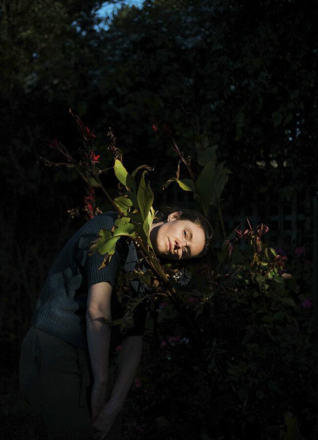 Frau hängt in Blumen