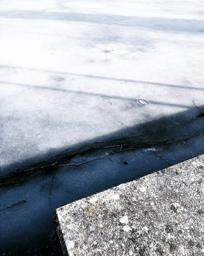 Eis neben Beton
