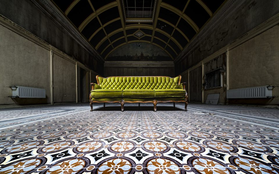 grünes Sofa in einer leeren Halle