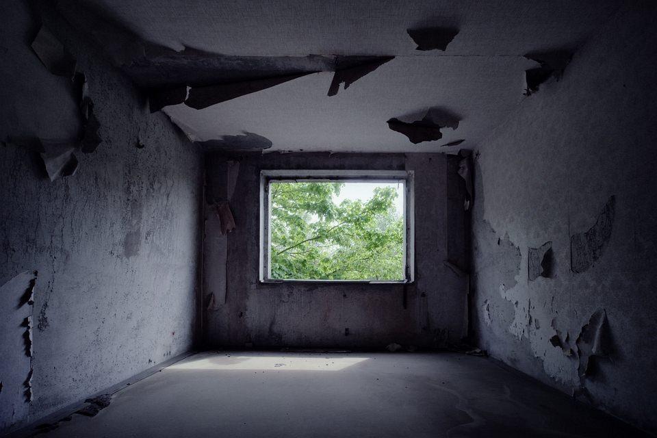 Fenster ins Grüne in verfallenem Gebäude