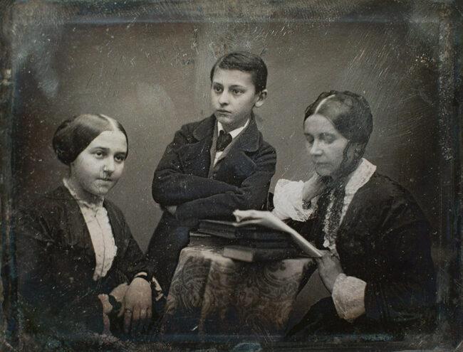 Zwei Frauen und ein Junge, altes Bild