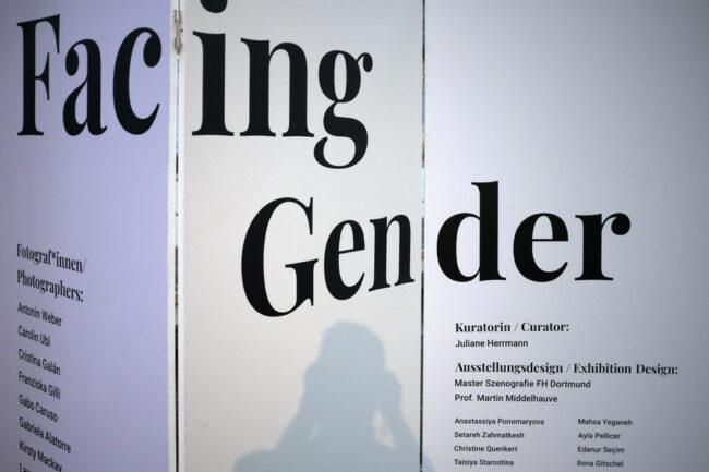 """Ausstellungsplakat mit der Aufschrift """"Facing Gender"""""""