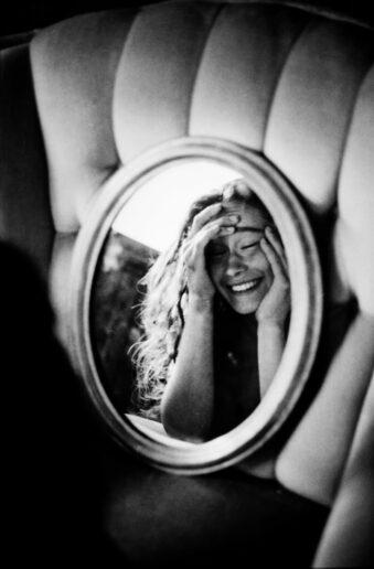Lachende Frau im Spiegel