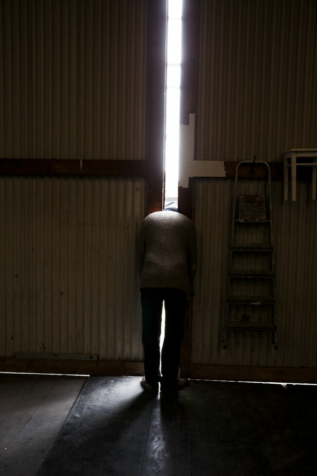 Person mit Kopf in einer Tür