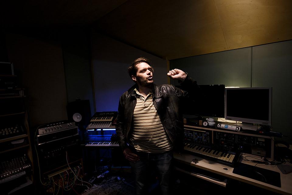Mann in einem Tonstudio
