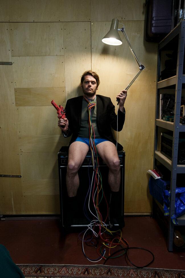 Mann mit Kabeln um den Hals