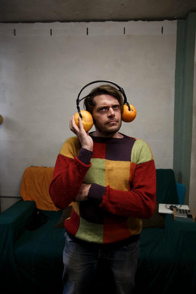 Mann mit Kopfhörern aus Orangen