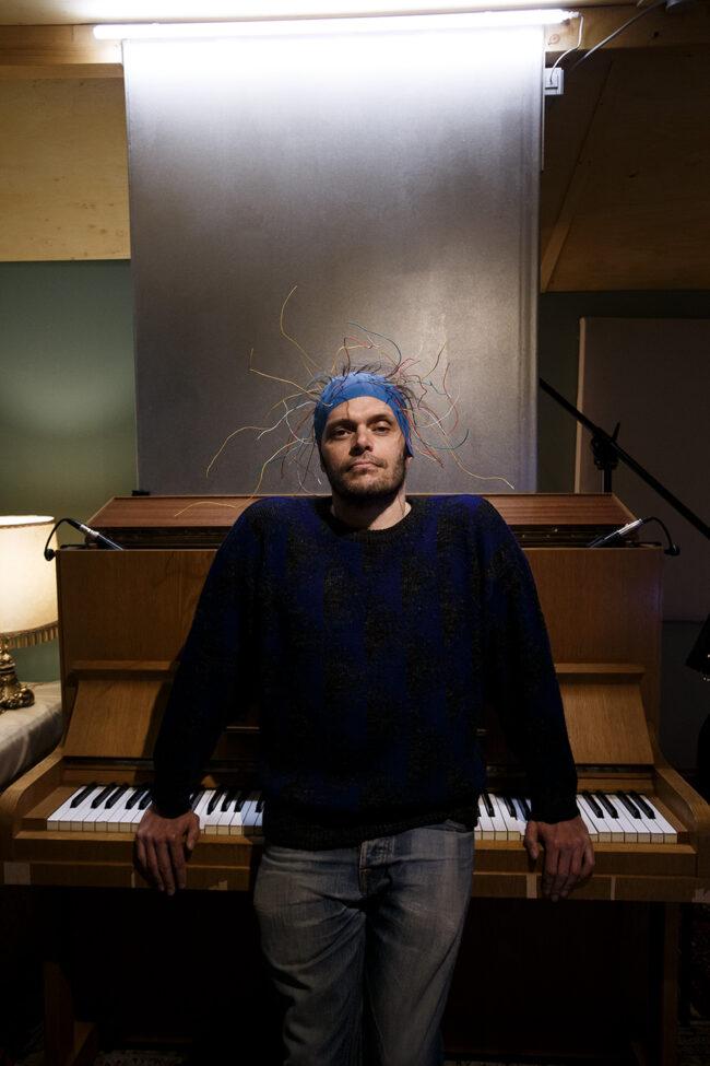 Mann vor einem Klavier