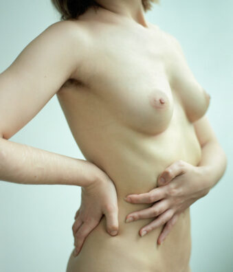 Frauenoberkörper nackt