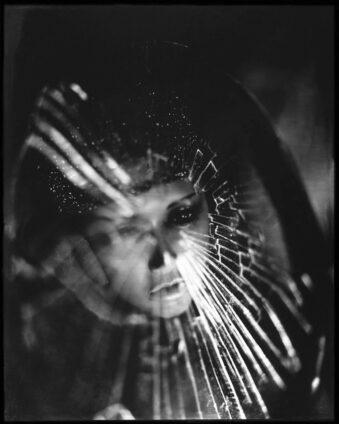 Portrait durch gesplittertes Glas
