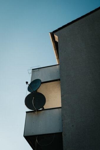 Balkon mit Satellitenschüsseln