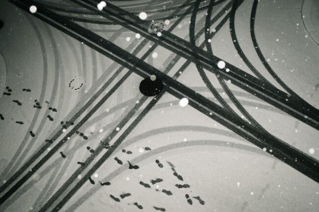 Auto- und Fußspuren im Schnee