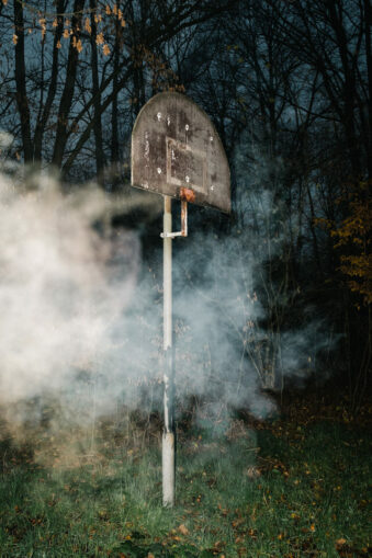 kaputter Basketballkorb mit Rauch