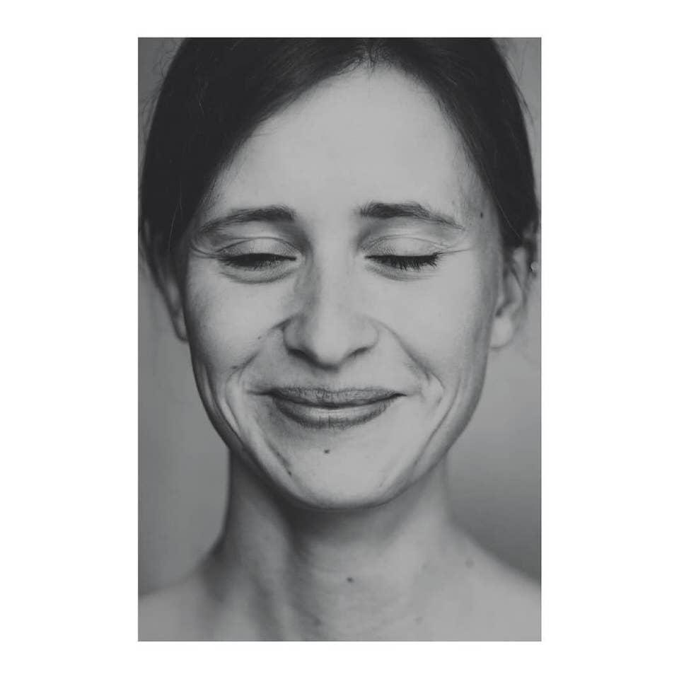 Lächelnde Frau mit geschlossenen Augen