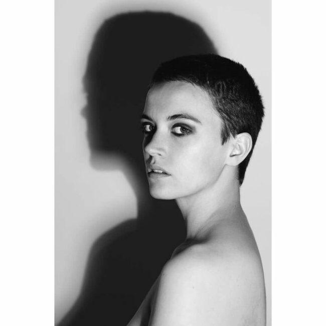 Frauenportrait mit großen Schatten