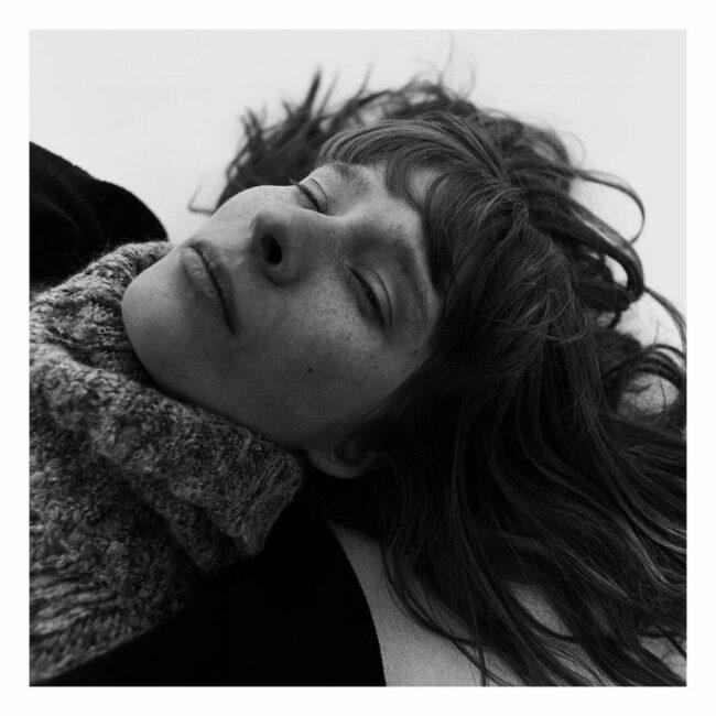 Frau liegt auf dem Boden mit geschlossenen Augen