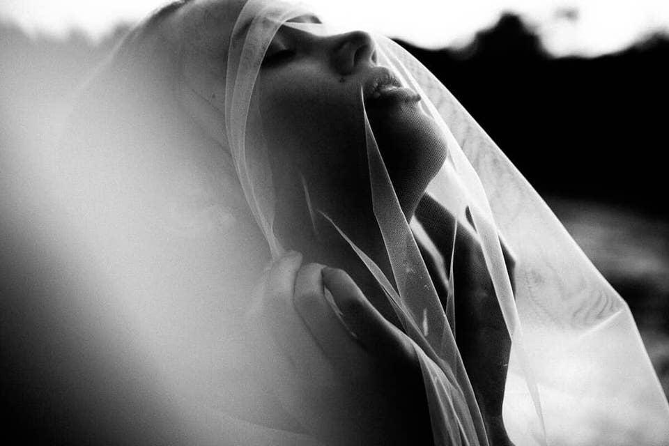 Frau mit Tuch über dem Kopf