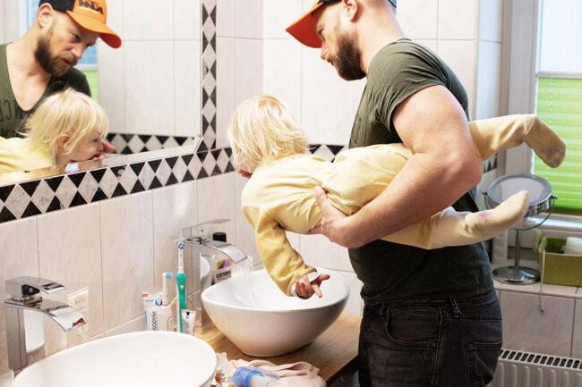Vater und Kind im Bad