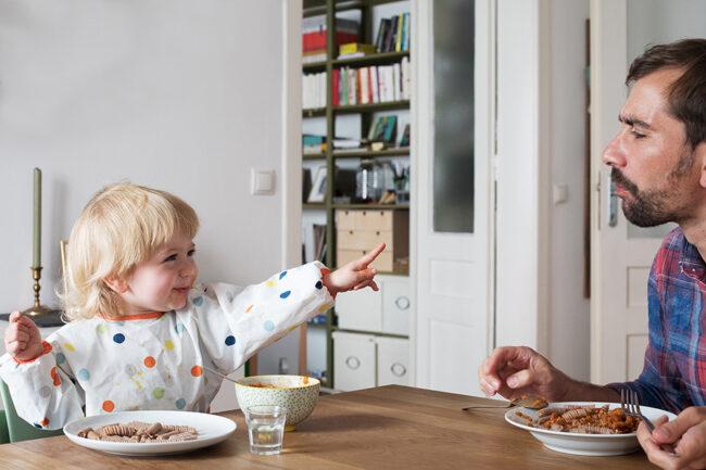 Kind und Vater beim essen