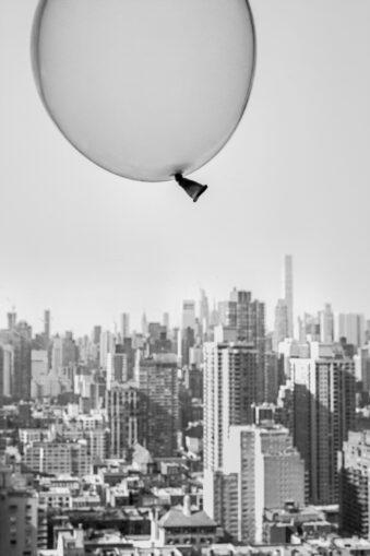 Luftballon über einer Großstadt