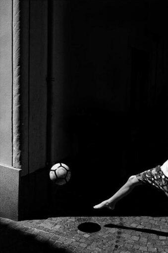 Ball über einem ins Bild rakendem Bein