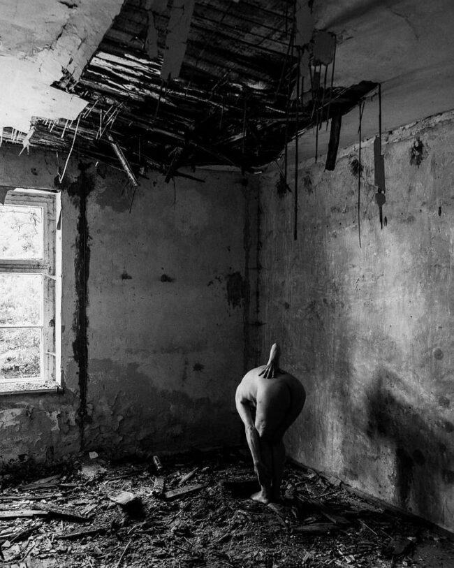 Akt in zerfallendem Gebäude