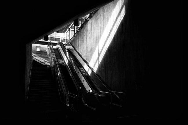 Rolltreppe mit Lichtstreifen