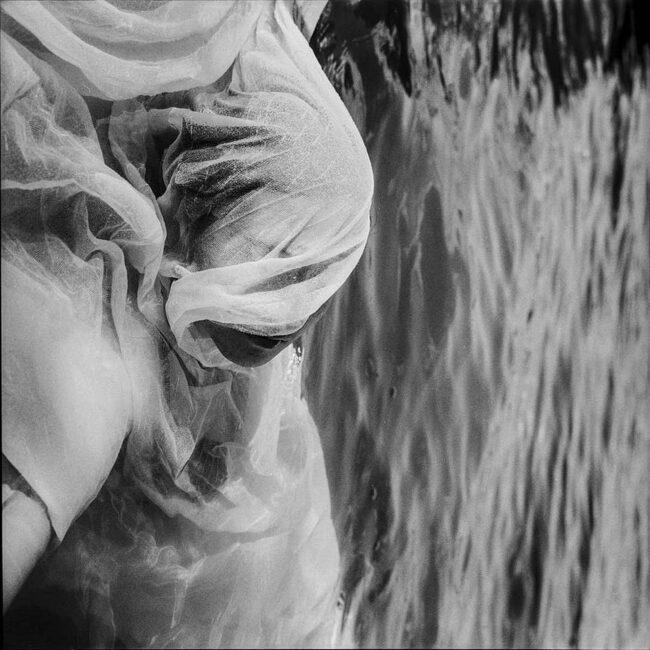 Person unter Stoff im Wasser