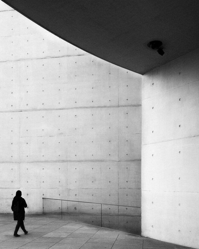 Person vor Gebäudefassade
