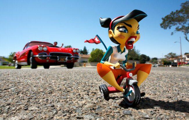 Spielzeugfigur auf einem Dreirad