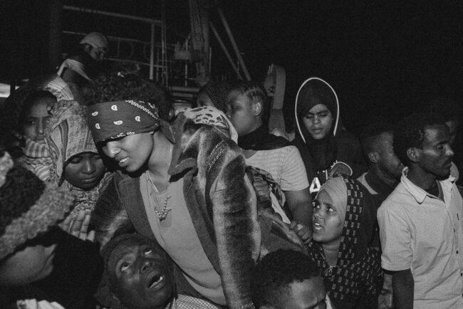 Menschen in Panik auf einem Boot