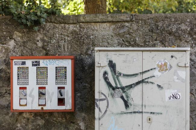 Kaugummiautomat an einer Mauer