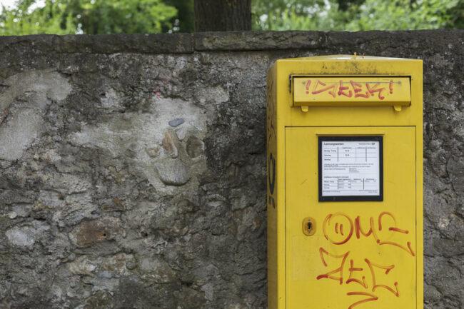 Briefkasten an einer Mauer