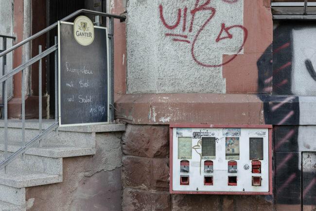Kaugummiautomat an einer Hauswand